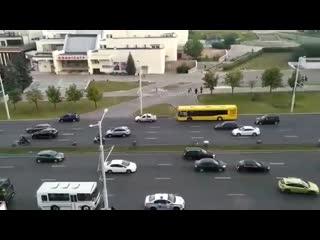 ОМОНовец бил по проезжающим машинам и снес боковое зеркало у авто.