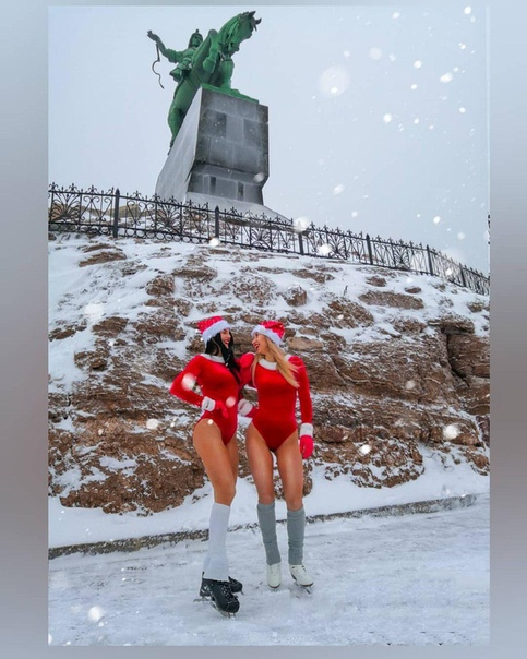 Полуголые уфимки снялись у памятника Салавату Юлаеву/ Такую «выходку» жители города не оценили 20 декабря фитнес-тренер Карина Дорохова вместе со своей коллегой Алиной позировали полуголыми у