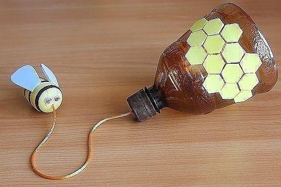 Бильбоке. На первый взгляд игрушка-забава бильбоке очень простая, задача играющего состоит в том, чтобы попасть шариком, привязанным на шнурке к стержню, в чашечку, прикрепленную к концу того же