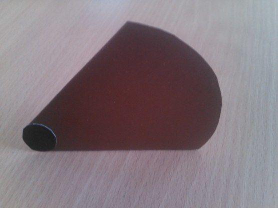 ЁЖИК ИЗ БУМАГИ Для изготовления «Ёжика» понадобится:- один круг из коричневого картона диаметром 10см для туловища;- один круг из черного картона диаметром 1см для носика;- 13 кругов из цветной