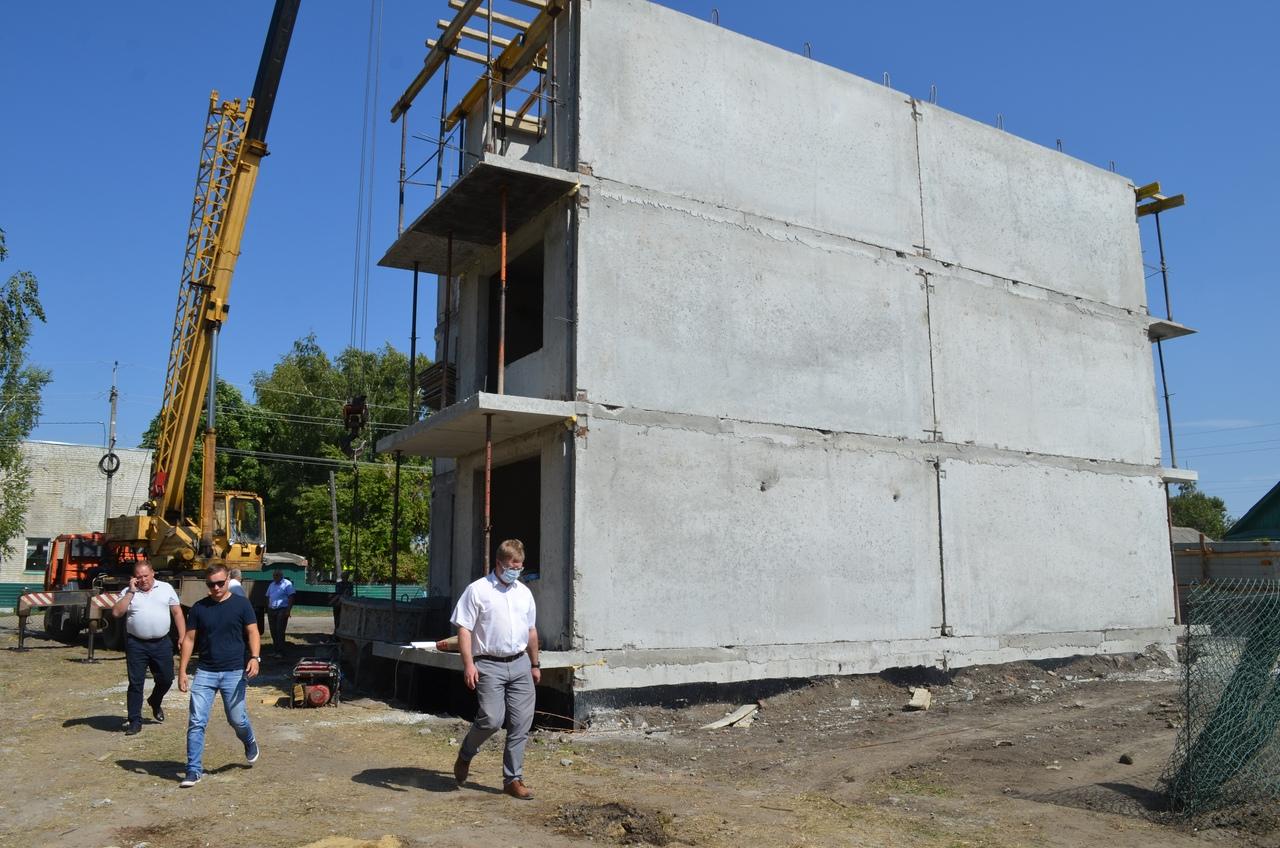 Руководство Петровского района проконтролировало строительство дома для детей-сирот